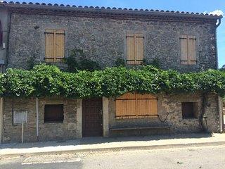 Maison de village typique des causses du Lazac - Roqueredonde vacation rentals