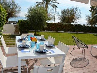 Apartament La Mer Front de Mer. Jardin privatif/Piscine commune. High Design. - Sitges vacation rentals