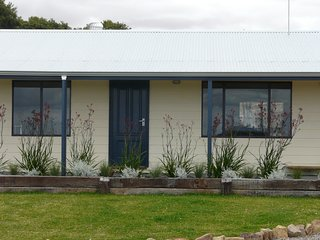 Beautiful 3 bedroom Cottage in Esperance with Washing Machine - Esperance vacation rentals
