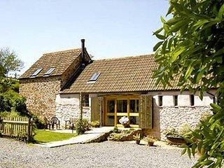 THE BARN, semi-detached, pet-friendly, woodburner, private garden, nr Watchet, Ref. 915884 - Watchet vacation rentals