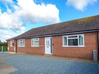 PINFOLD VIEW, detached bungalow, sun room, enclosed garden, dogs welcome, Seaton, Hornsea, Ref 917889 - Hornsea vacation rentals