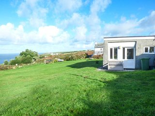 KITTICARN, close to beach, all ground floor, lawned garden, pet-friendly, Sennen Cove, Ref 931594 - Sennen Cove vacation rentals