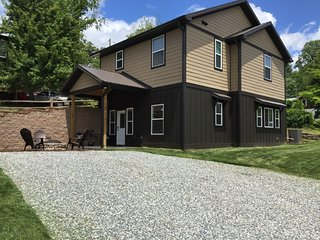 Downtown Bryson City Flat near Great Smoky Railroad - Bryson City vacation rentals