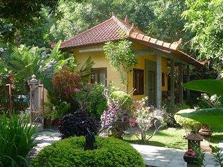 B&B Taman Ayu in grote tuin met zwembad bij zee - Bondalem vacation rentals