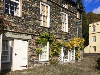 THE OLD LAUNDRY, all ground floor, en-suites, parking, shared garden, in Ambleside, Ref 916188 - Ambleside vacation rentals