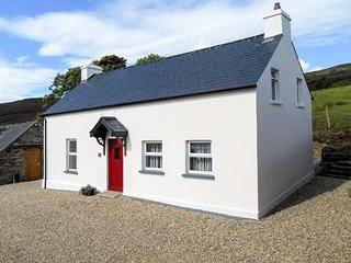 GEORGE'S COTTAGE, solid fuel stove, yard, stunning views, nr Fahan Ref 926821 - Buncrana vacation rentals
