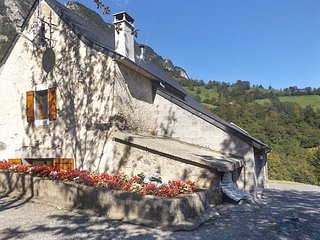 Traditional, 3-bedroom house with WiFi, a furnished terrace and mountain views – sleeps 10! - Lourdios-Ichere vacation rentals