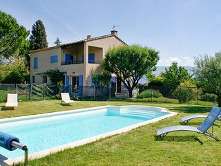 Bright, 1-bedroom apartment in Gargas with a terrace, superb views over the Luberon and a pool! - Gargas vacation rentals