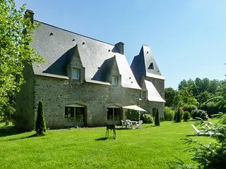 Manoir de Pleac Sud – a traditional, 3-bedroom mansion in Combourg with WiFi – 10km from the zoo! - Combourg vacation rentals