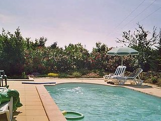 Well-appointed, 3-bedroom house in La Fare les Oliviers with a swimming pool and table tennis. - Coudoux vacation rentals
