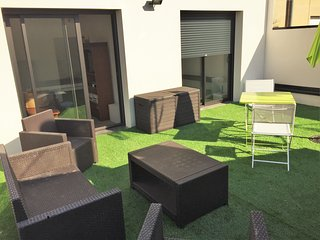 Bright, 1-bedroom apartment near Lyon with a furnished terrace and WiFi - 100m from bus station! - Villeurbanne vacation rentals