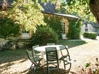 Rustic 2-bedroom house in the shadow of Sauveboeuf Castle with gorgeous, historical interiors - Aubas vacation rentals