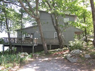 Boulder Bungalow, on the bluff, fantastic view, 9 miles to Rock City, slps 6 - Chattanooga vacation rentals