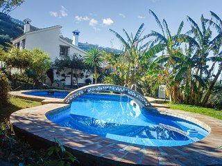 Cortijo Los Limones - a well-located house in Sayalonga with a swimming pool, WiFi and river views. - Sayalonga vacation rentals