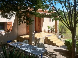 Charming, 1-bedroom house in Signes with a jacuzzi, furnished terrace and garden – sleeps 4! - Signes vacation rentals