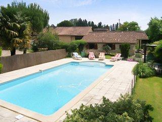 Well-appointed, 3-bedroom house in Esclottes with WiFi, a furnished terrace and a swimming pool! - Esclottes vacation rentals