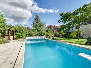 Rustic, 2-bedroom house with a swimming pool and garden, WiFi, close by Fontainebleau - Soisy-sur-Ecole vacation rentals