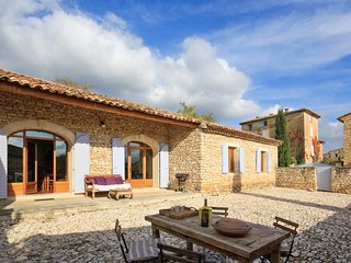 Le Hangar– a traditional, 3-bedroom stone house with a furnished patio and swimming pool access! - Rustrel vacation rentals