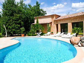 Sunny 3-bedroom villa in St Cézaire-sur-Siagne with a private tennis court and a swimming pool! - Saint-Cezaire-sur-Siagne vacation rentals