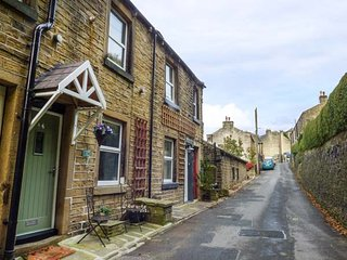COOMBES HILL COTTAGE, cosy retreat, woodburner, in Holmfirth, Ref 938793 - Holmfirth vacation rentals