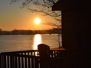 Fox Lake Waterfront. Close to SE WI, avoid the lon - Fox Lake vacation rentals