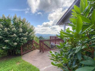 5BR Fantastic Views, Pool Table, King Bed, Stone Fireplace, Leather Furniture, Foosball, Between Boone and Blowing Rock - Blowing Rock vacation rentals