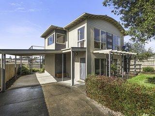 Cozy House in Apollo Bay with A/C, sleeps 8 - Apollo Bay vacation rentals
