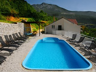Spacious villa in Klis, Dalmatia, with 5 bedrooms, private pool, WiFi & sea views – 15min from Split - Klis vacation rentals