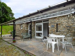 CWMTWRCH COTTAGE, indoor heated swimming pool, on-site facilities, private patio, Camarthen, Ref 917257 - Pont-ar-gothi vacation rentals