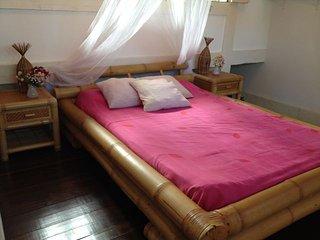 Suite com mezanino no Recanto Sol Nascente em jardim tropical e vista para o mar - Santa Cruz Cabralia vacation rentals