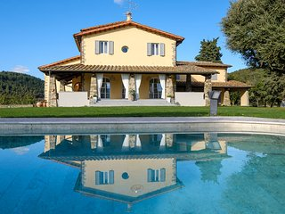 Lovely Villa in Calenzano with A/C, sleeps 12 - Calenzano vacation rentals