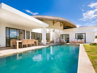 VILLA INDÉPENDANTE BY IMMOCLAIR 4 Chambres 4 SdB Pool jacuzzi - Trou aux Biches vacation rentals