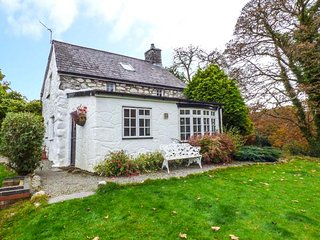 BOTHY COTTAGE, pet-friendly, character holiday cottage, with a garden in Talhenbont Hall Country Estate, Ref 379 - Chwilog vacation rentals