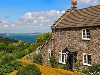 WISTERIA COTTAGE, woodburning stove, WiFi, sea views, great base for walking, near Hallsands, Ref 905075 - Beesands vacation rentals