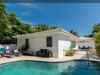 CASA CARMELA, a chic SALTY BUNGALOW: across from beach, clean, green, pet friend - Fort Lauderdale vacation rentals