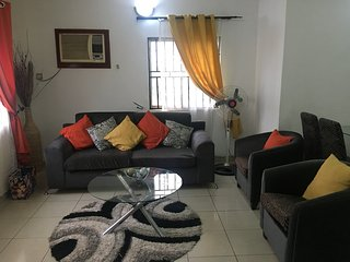 2 BED MODERN LUXURY APARTMENT WITH COMMUNAL SWIMMING POOL & GARDENS - Ibadan vacation rentals