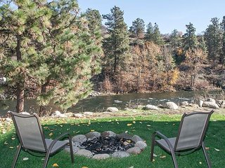 Leavenworth River Haus~1.5 miles to Leavenworth, Wi-Fi, Hot Tub, Sauna, River - Leavenworth vacation rentals