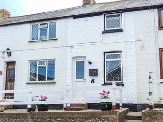 GUSTON HOUSE HOLIDAY COTTAGE, cosy romantic cottage, small garden with patio, in Guston near Dover, Ref 936528 - Dover vacation rentals
