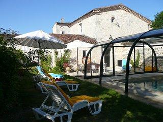 Gîte Piscine deux chambres séjour cuisine - Tournecoupe vacation rentals