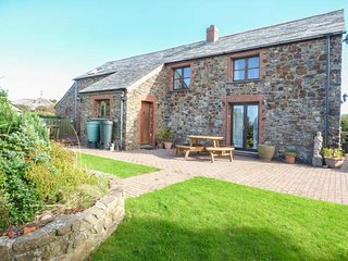 PENBARDEN BARN, spacious barn conversion, woodburner, garden, Crackington Haven, Ref 933077 - Crackington Haven vacation rentals