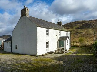PRESNERB FARMHOUSE, detached cottage, countryside views, pet-friendly, Glen - Alyth vacation rentals
