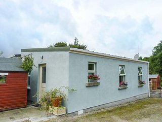 THE LODGE, rustic chalet, private patio, woodburner, WiFi, Rathfarnham, Dublin, Ref 944267 - Dublin vacation rentals