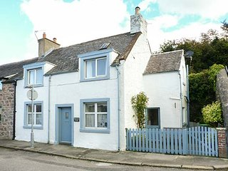 NATHANIEL'S COTTAGE, end-terrace, super king-size double, woodburner, Sky TV, in Kirkcudbright, Ref 946854 - Kirkcudbright vacation rentals