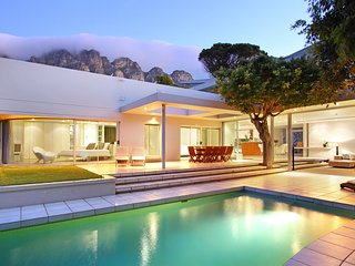 Luxury Villa. Ideal for families and friends, pool, close to beach, 5 bedrooms - Camps Bay vacation rentals