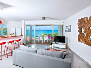 NEW & CENTRAL Apartment on the Grand Case Beach. Pool, Parking. Kind Size Bed. - Grand Case vacation rentals