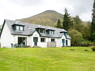 4 star, 4 bedroom, 3 bathroom cottage with beautiful loch and mountain views - Crianlarich vacation rentals