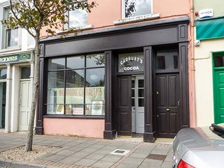 THE MERCHANT'S STORE, all ground floor, converted shop, open plan living, WiFi, Kilrush, Ref 946885 - Kilrush vacation rentals