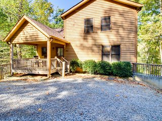 Mountain view lodge w/ a private hot tub, game room, & a shared pool, tennis! - Talking Rock vacation rentals
