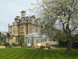 Cedar Grange Manor House - 90 Mins from London - Sleeps 16 - Pool & Hot Tub - Billingshurst vacation rentals