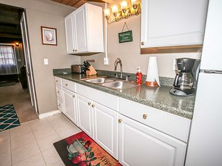 Coyote Den~Wonderful Mountain Cabin~Two Story~Fireplace~Nice Quiet Neighborhood~ - Sugarloaf vacation rentals